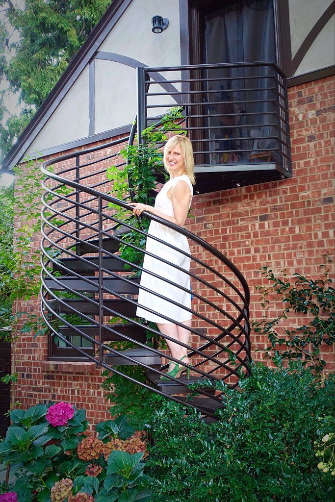 #OOTN - White dress on the stairs