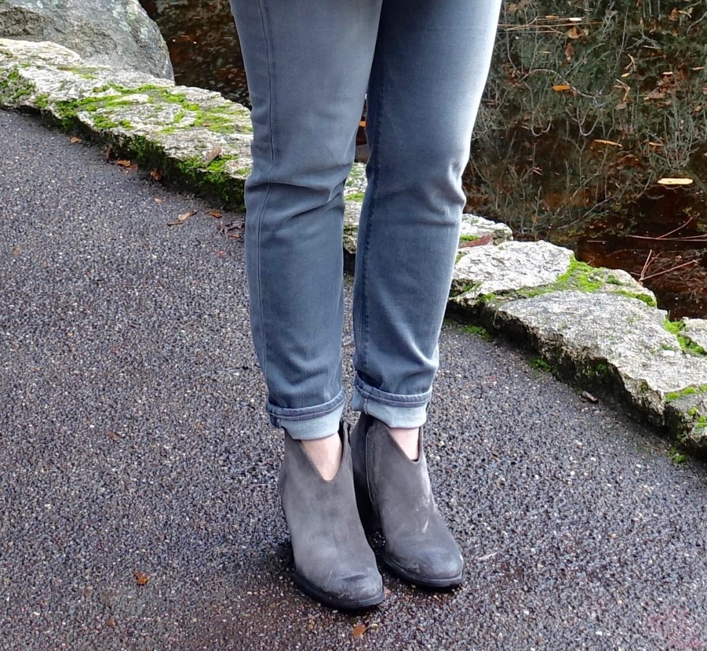 Comfy road trip outfit - jeans and booties
